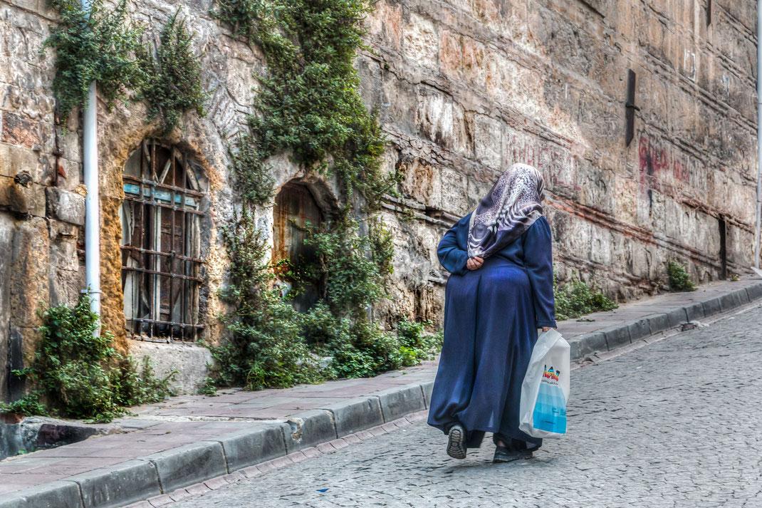 Beschwerlicher Aufstieg-Die Gassen in der Altstadt in Fatih sind oft hügelig und manchmal beschwerlich...alte Frau geht bergauf
