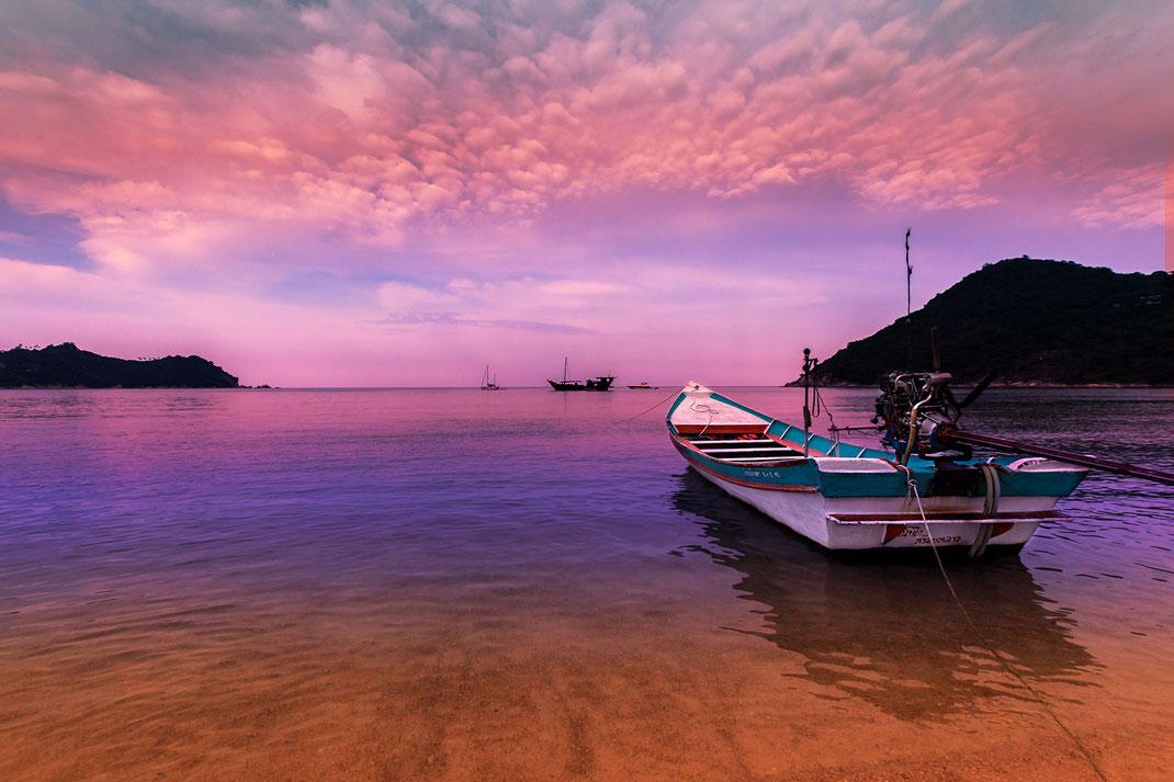 Sonnenuntergang mit Boot am Thong Nai Pan Yai Beach auf Koh Phanghan