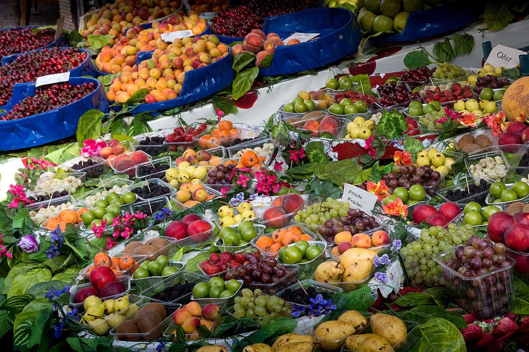 Eine Riesenauswahl frischer Früchte auf dem Wochenmarkt lassen das Wasser im Mund zusammenlaufen Fotos kostenlos downloaden bei www.mjpics.de © Jutta M. Jenning