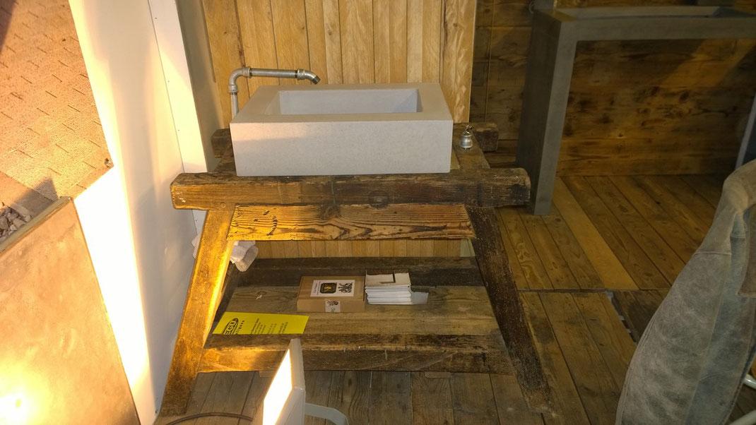 Betonwaschtrog auf Holzbock