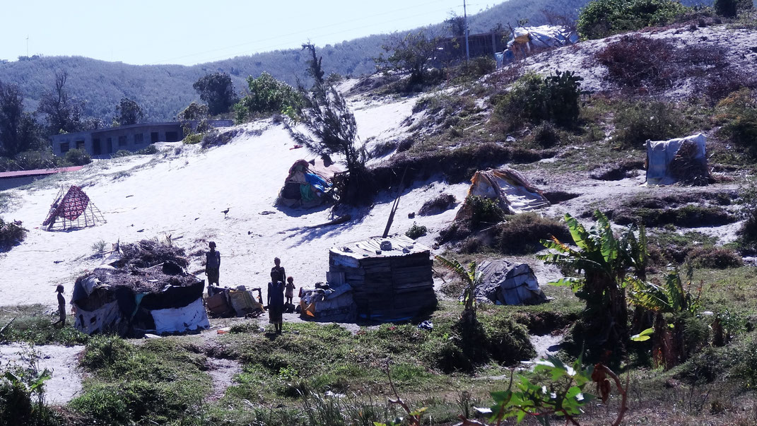 Am Stadtrand auf der Düne mit Abstand von den Flüchtlingen aus dem Androy gebaut, so hat man wenigstens etwas überm Kopf. Inzwischen gibt es dort und auch an mehreren anderen Stellen mehr Hütten dieser Art. | Foto: Maria Damer