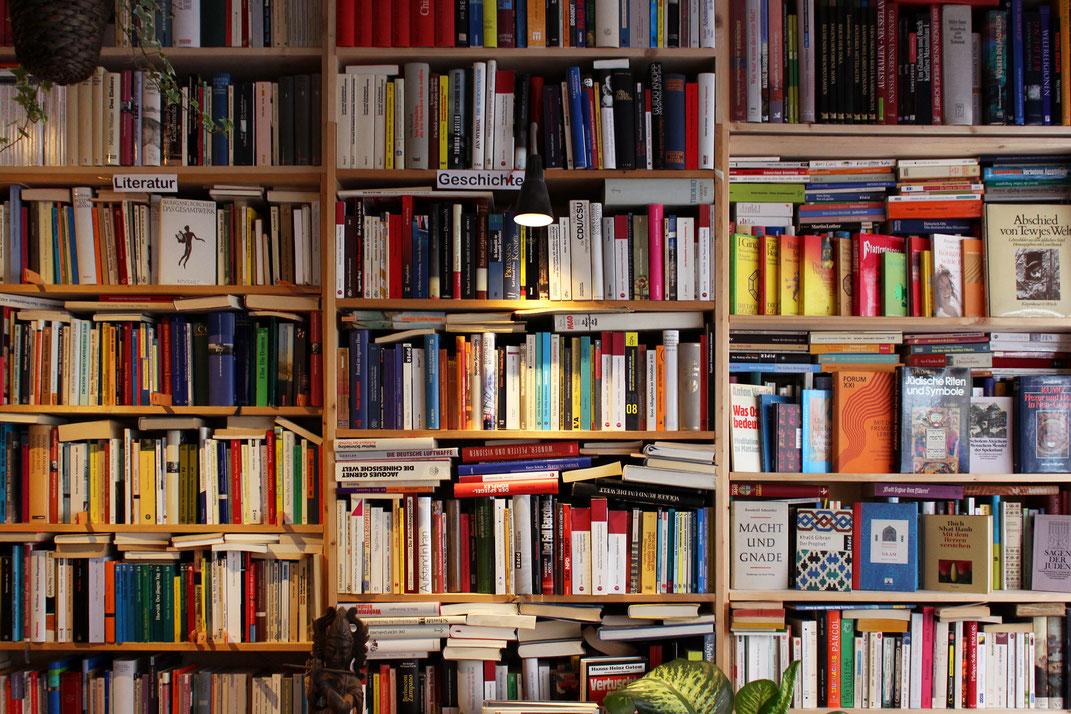 Bücherwand im Trödelcafé auf der Buchheimer Straße. Foto: Raven Rusch