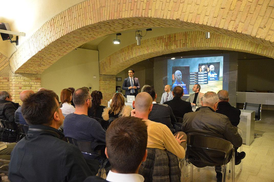 """Manrico Erriu durante la presentazione del suo libro autobiografico """"Nel dubbio uccidi. L'arte dell'inganno"""", tenutasi a Cagliari il 13 Dicembre del 2019."""
