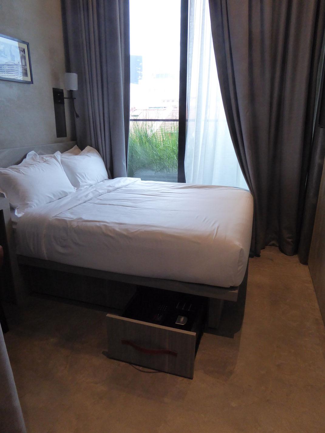 Zimmersafe unterm Bett in einem Superior Double Room, Hotel YAN