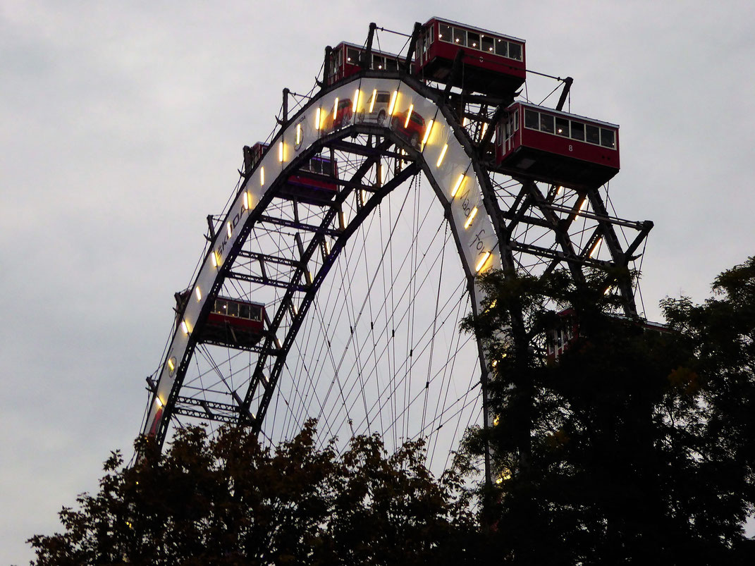 Mit Blick auf das Riesenrad im Wiener Prater. Das magdas Hotel liegt nur wenige Meter vom Prater entfernt.