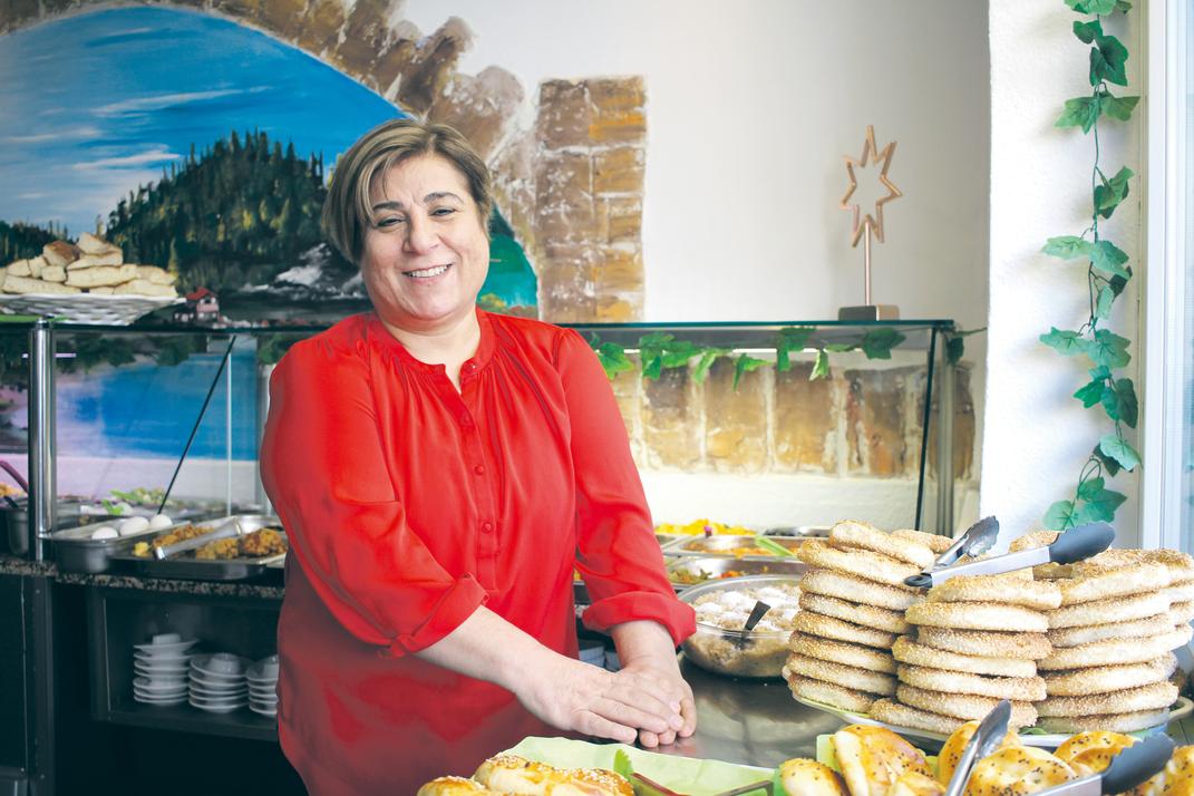 Elif Tatli in ihrem Frühstücksrestaurant auf der Keupstraße. Foto: Eva Rusch