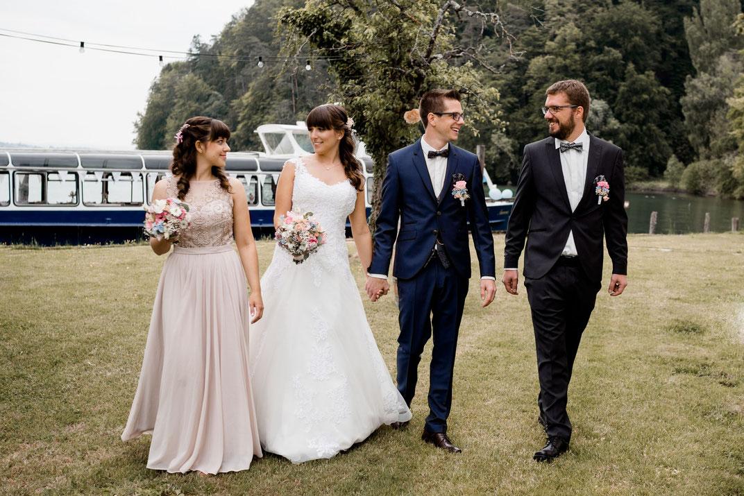 Brautjungfern und Brautpaar