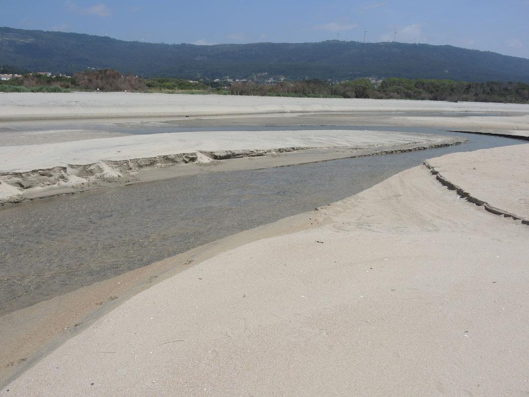 Klaine Flüsse die am Strand münden kosten viel Zeit, da die Füße müssen wieder trocken und absolut sandfrei sein.