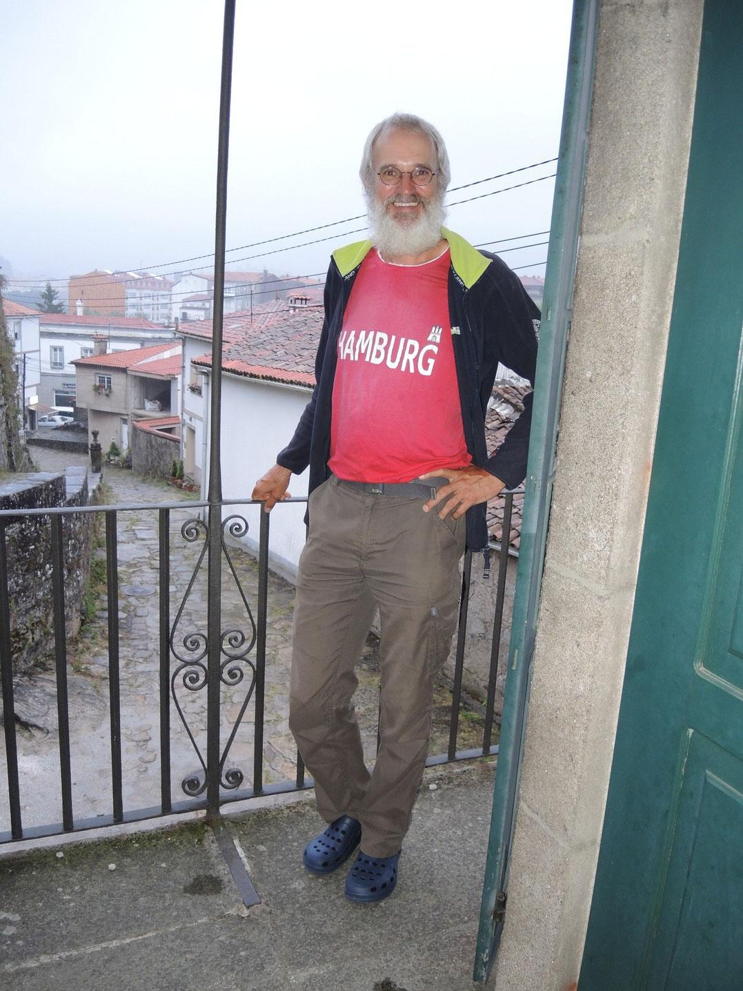 Der Peter ist vor gut 4 Monaten in Hamburg gestartet. Über Deutschland, Frankreich, Spanien, geht noch von Santiago nach Porto. Hat schon über 3300 km auf dem Zähler.