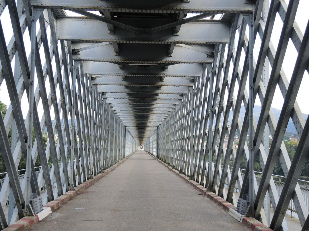 Brücke über dem Grenzfluss Mino.