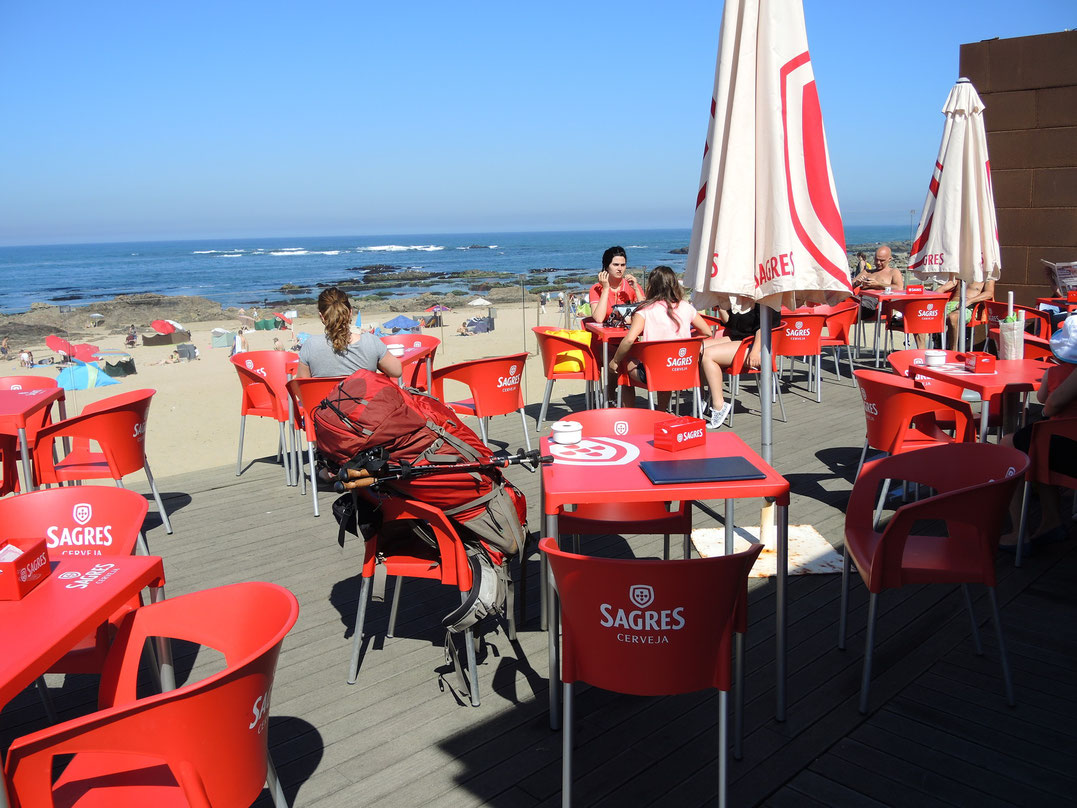 Entlang der Küste gibt es viele Gelegenheiten zum guten und preiswertem Essen und Trinken mit bestem Meeresblick
