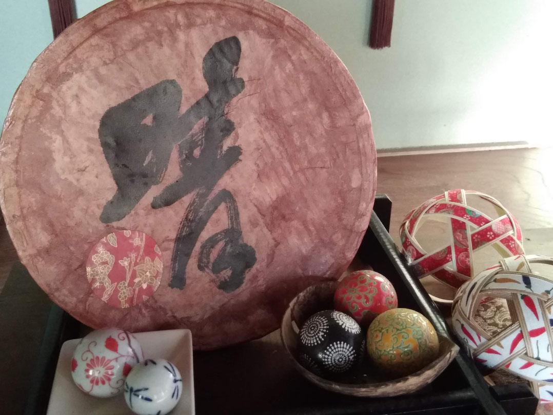 神代和紙を竹籠にのり付け、習字や千代紙で飾り付け、柿渋を塗り、完成!