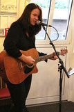 Musikerin Inga Wehnert spiele mal leise mal lautere Töne und begeisterte die geladenen Gäste der Freisprechung der Tischlerlehrlinge 2013. Foto: Die Medienfrau