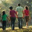 Gezin met 2 kinderen in de natuur wandelend