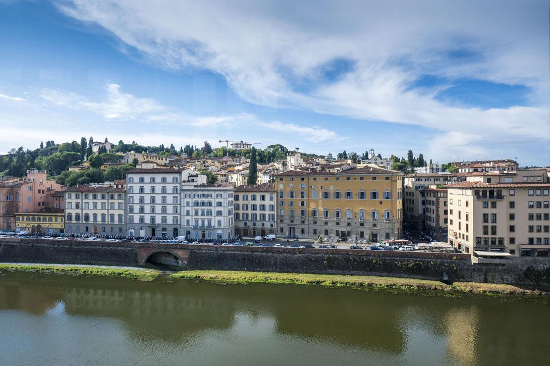 Blick auf und über den Arno in Florenz