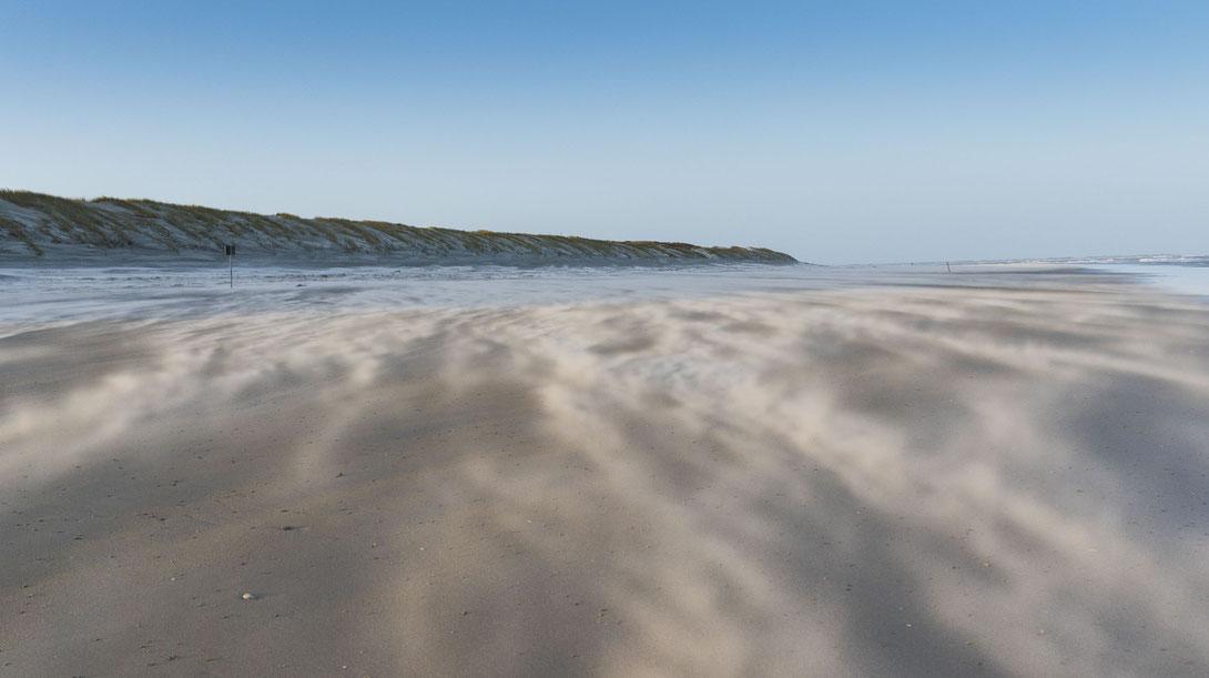 Fotografiert mit Nikon Z6 und Nikkor Z 24-70mm f/2.8.S ... Fliegender Sand auf Langeoog