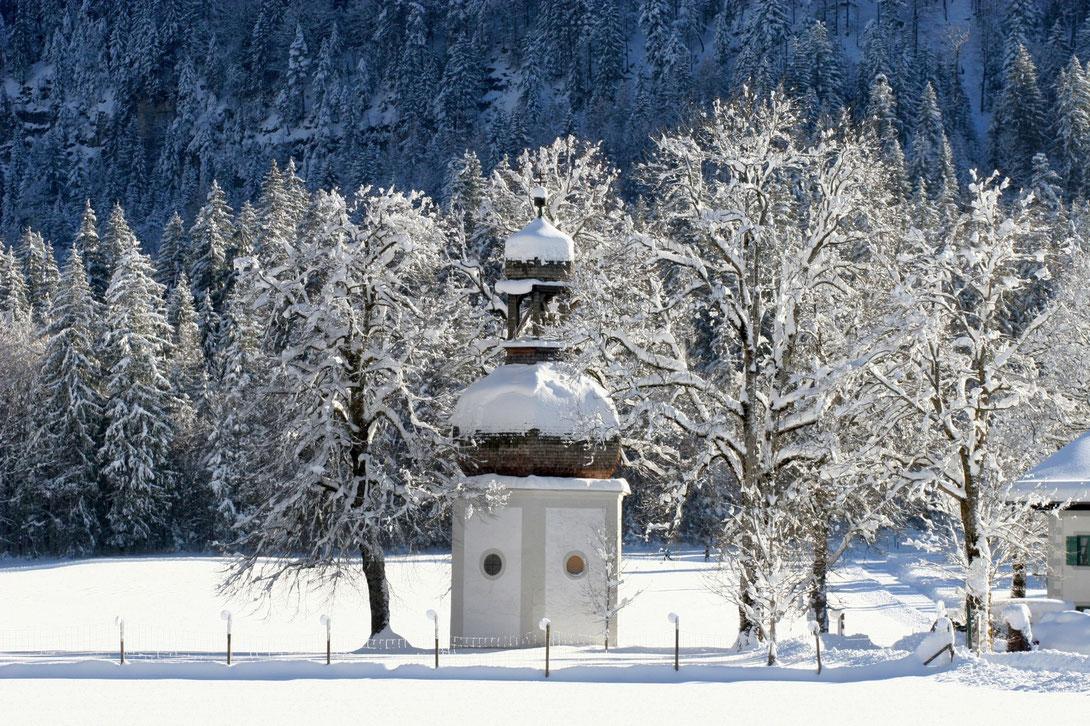 Kapelle inmitten von Bäume im Schnee
