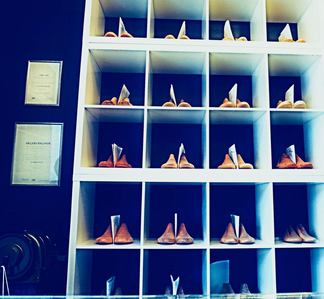 Regal mit Leisten von Maßschuhkunden in der Schuhmacherei Ingrid B. Neumann
