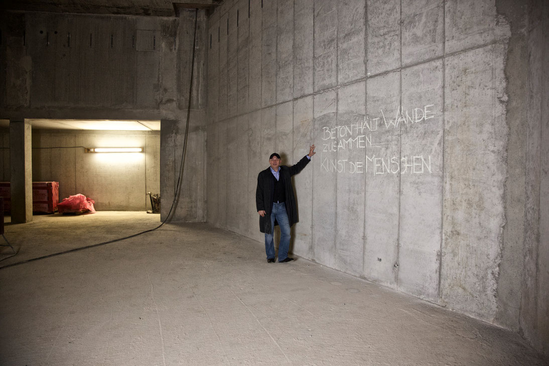 Das Foto zeigt Intendant Joseph Köpplinger im neuen Probenraum der Baustelle des Gärtnerplatztheater München.