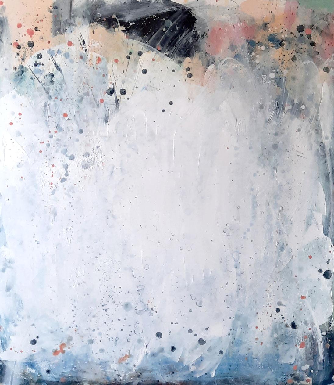 weisses Gemälde mit Künstlerin
