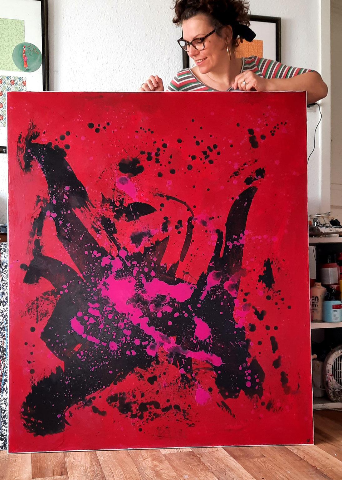 rotes Gemälde mit Künstlerin