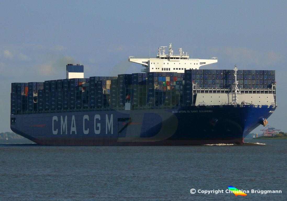 Eines der derzeit größten Containerschiffe der Welt auf der Elbe