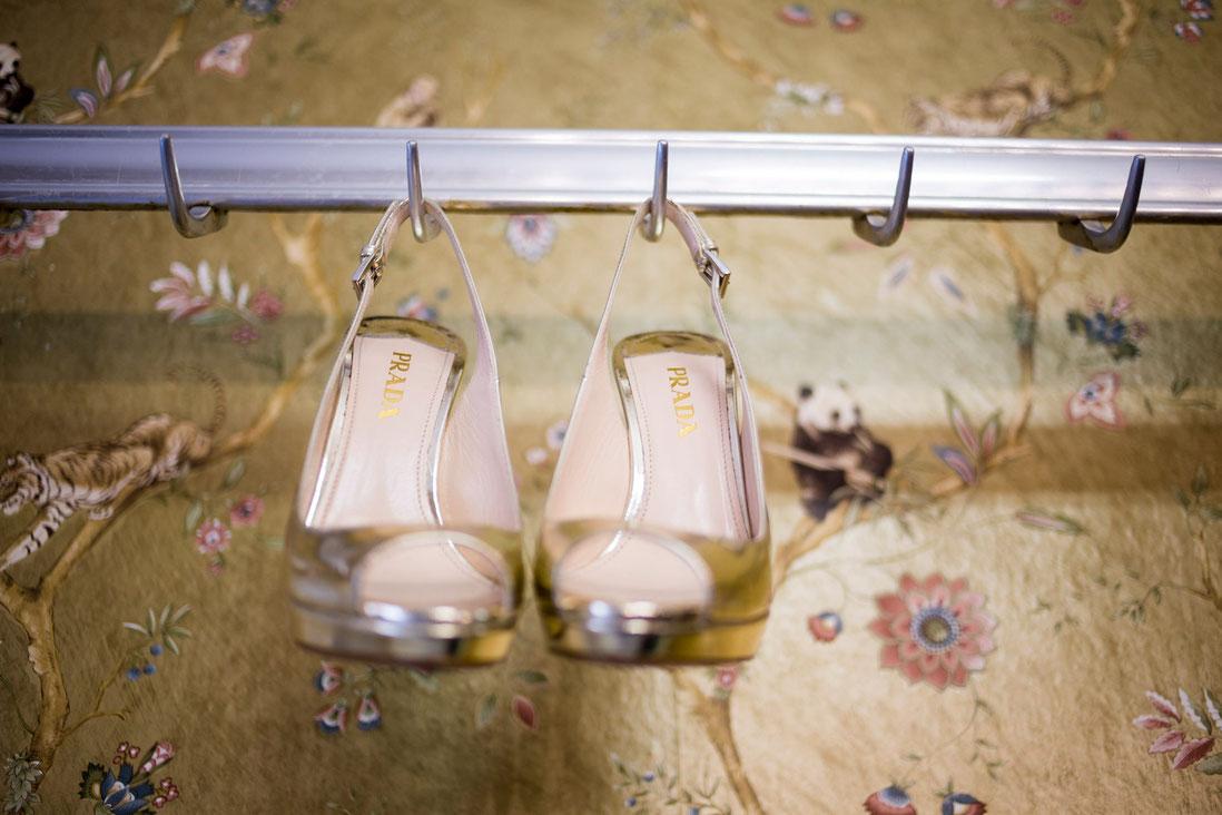 Prada-wedding-shoes Prada-gold-high-heels Aristocutz Getting-Ready Hochzietsfotos Hochzeitsfotograf Hochzeitsfotografin SamtweissundBling Anna-SophieRönsch