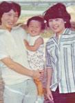 2歳の頃。母と母の友人と向島で。
