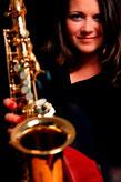 Lisa Prandstaetter mit Saxophon für Live Band in Wien / Niederösterreich Glossy Trotzki