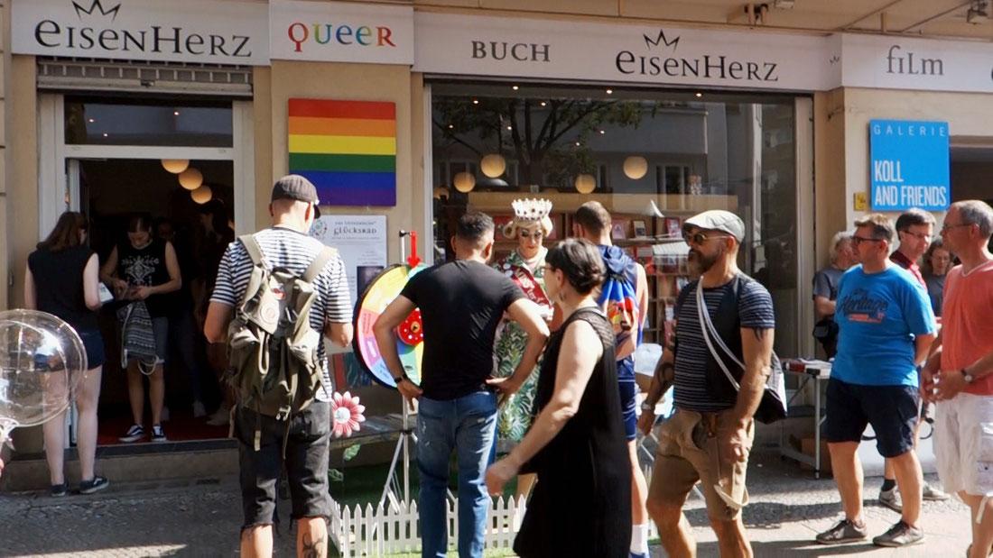 Besucher vor dem LGBT queer Buchladen Eisenherz in Berlin