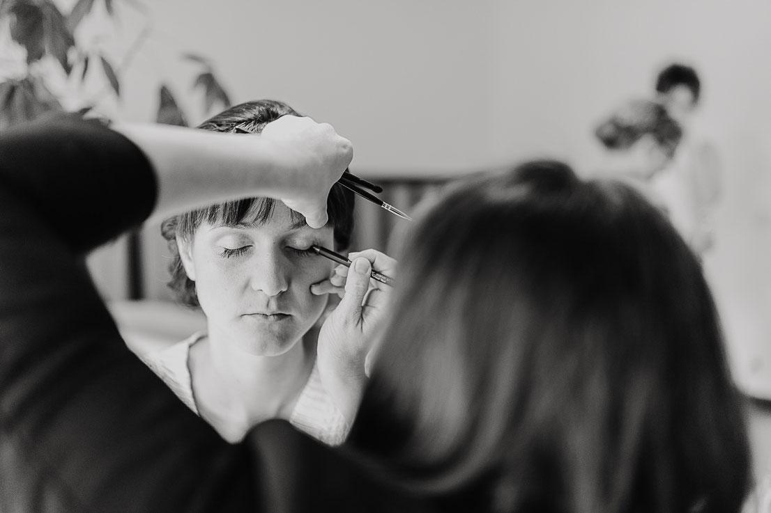 Bild: MakeUp beim Ankleiden bei einer Hochzeit in Berlin Hochzeitsfotograf