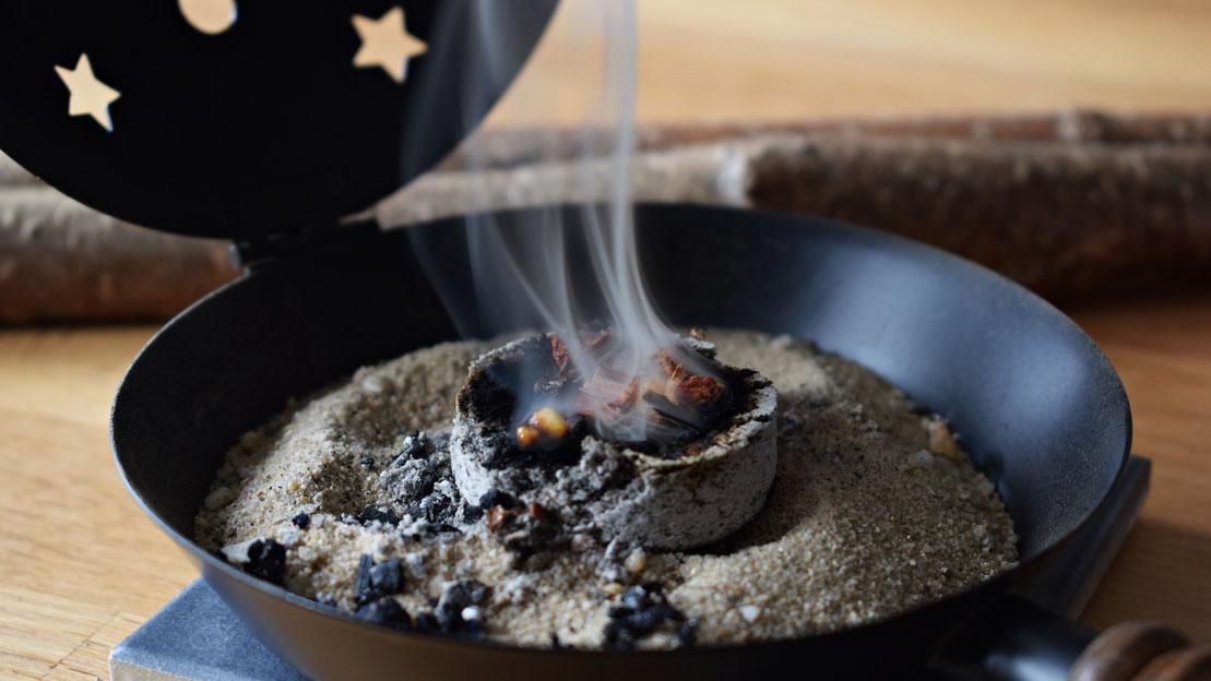 Räucherwerk auf Kohle