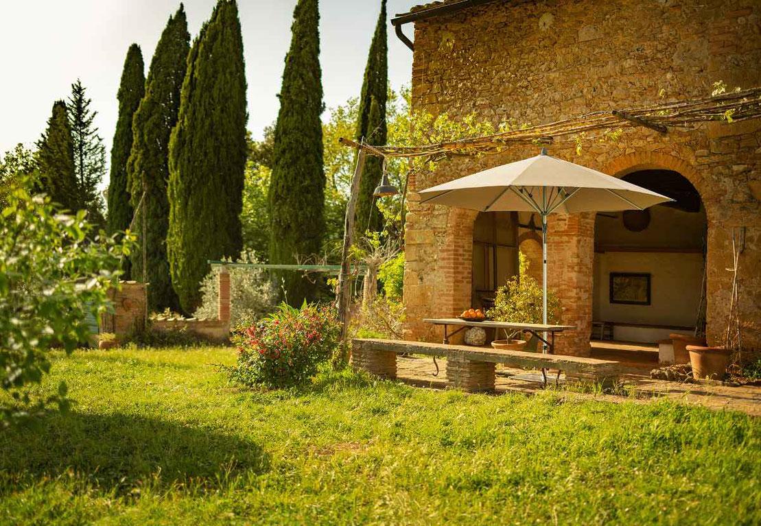 Nachhaltiger Garten mit Glatz Sonnenschirm bei Sonnenschein