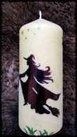 Auf Kerze gemalte Hexe auf Besen