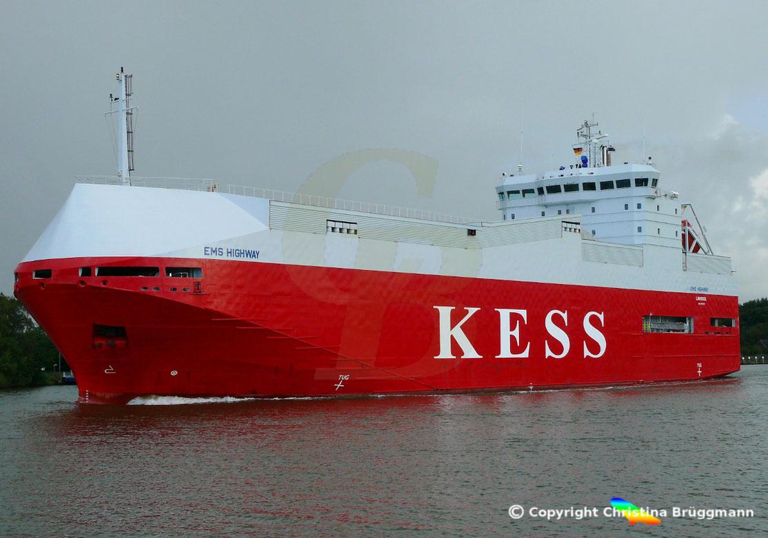 Die EMS HIGHWAY passiert als erstes Schiff seit der Sperrung die Südschleuse.