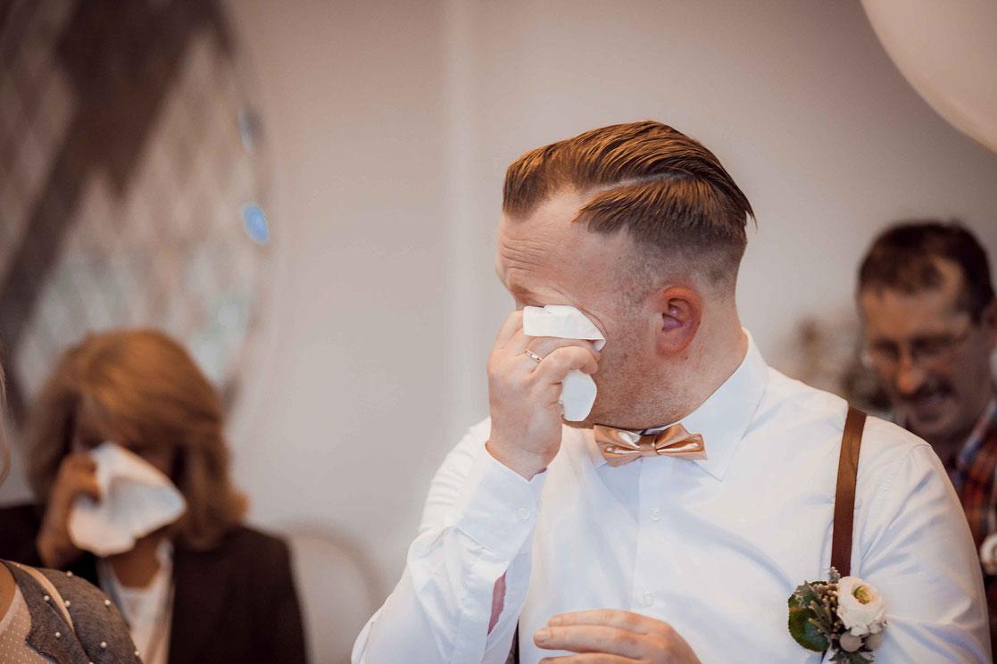 Bräutigam weint vor Glück