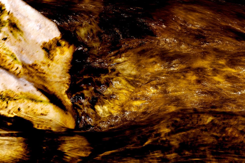 ISAR. Molekulare Verdichtung einer gefährlichen Liebschaft.  7 großformatige Werke über das FLIMMERN, DONNERN und GROLLEN der Isar.  Text:  Die Isar molekular auflösen. Ihr Wesen im Innern erlebbar machen. Das ist die Absicht des Werkes. Das zarte Flimmer