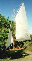 Kleines offenes Segelboot, diagonalbeplankt. Eigenbau mit Gaffelrigg. Gesegelt in der Moreton Bay Queensland, Australien.