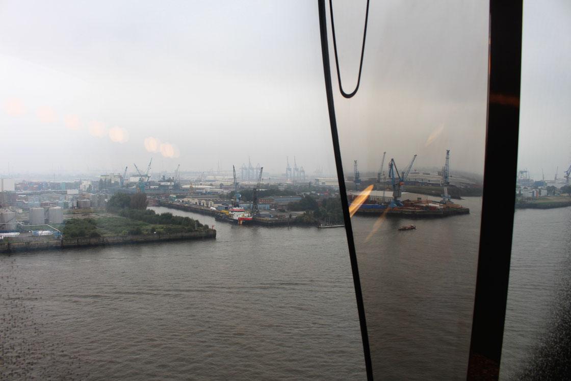 Der Hamburger Hafen, gesehen aus der Elbphilharmonie.