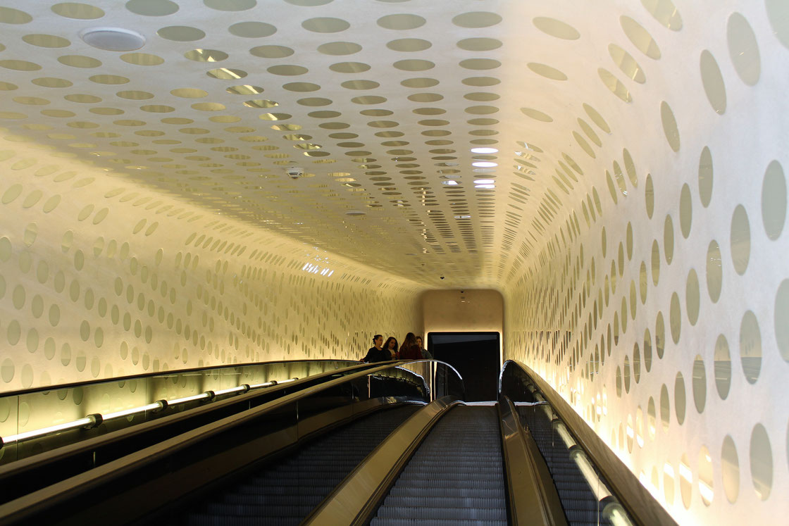 Ein Rolltreppe, so lang wie die »Tanzenden Türme« hoch sind, führt in die Elbphilharmonie.