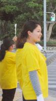 街頭で支持を訴える市議選の運動員(5日夕)