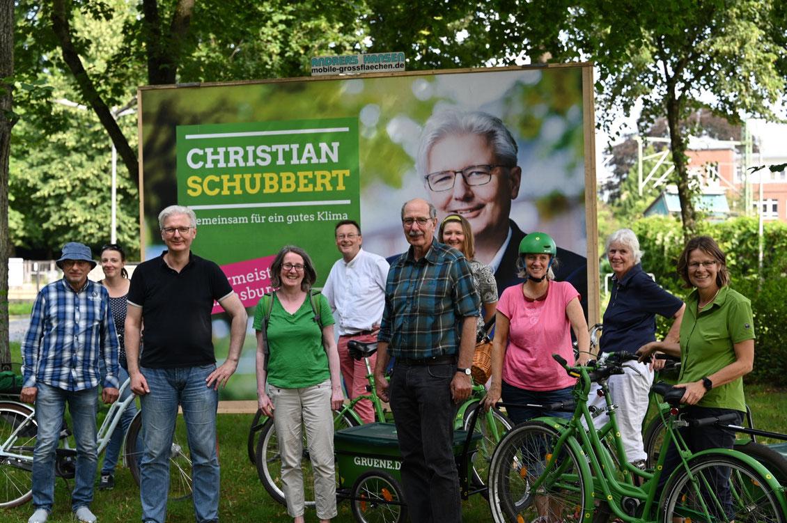 Einige der Teilnehmerinnen und Teilnehmer der Radtour; mit im Bild Christian Schubbert (3. von links) sowie der Landtagsabgeordnete Burkhard Peters (vorne in der Mitte)