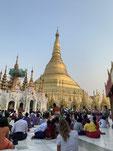こういうピッカピカの寺院が街のいたるところにあって、たくさんの人がお参りに来る。