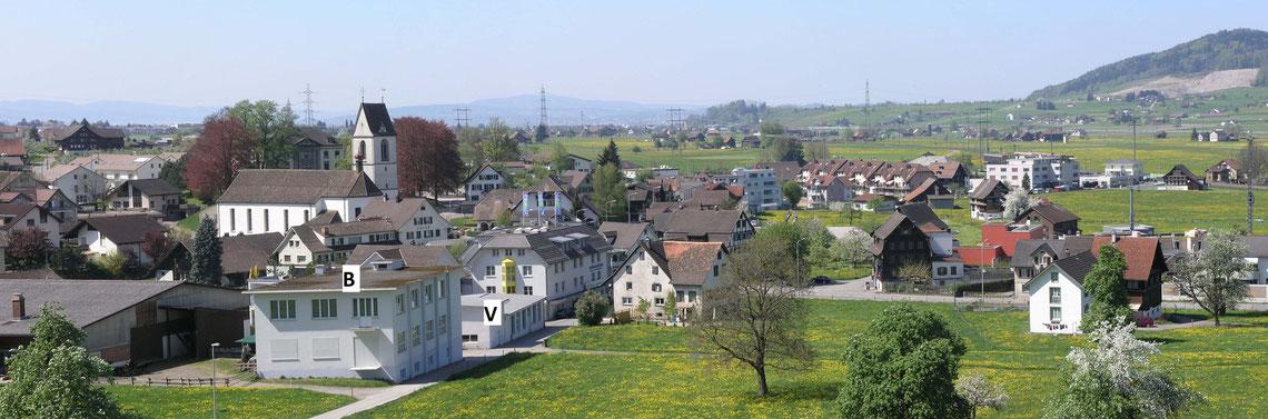 Ausschnitt aus dem idyllisch gelegenen Dorf Schübelbach am oberen Zürichsee  Gebäude B = Bettwäsche-Produktion    Gebäude V = Vorhang-Nähcenter