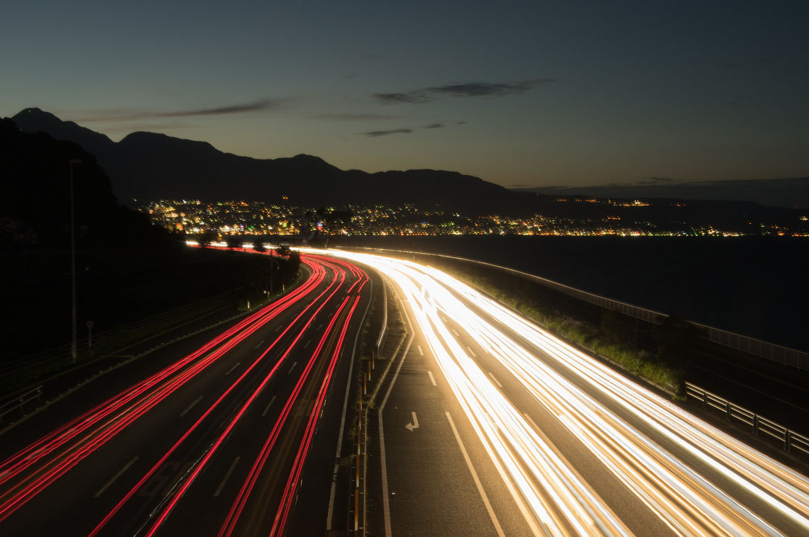 Eine Langzeitbelichtung von einer Autobahn