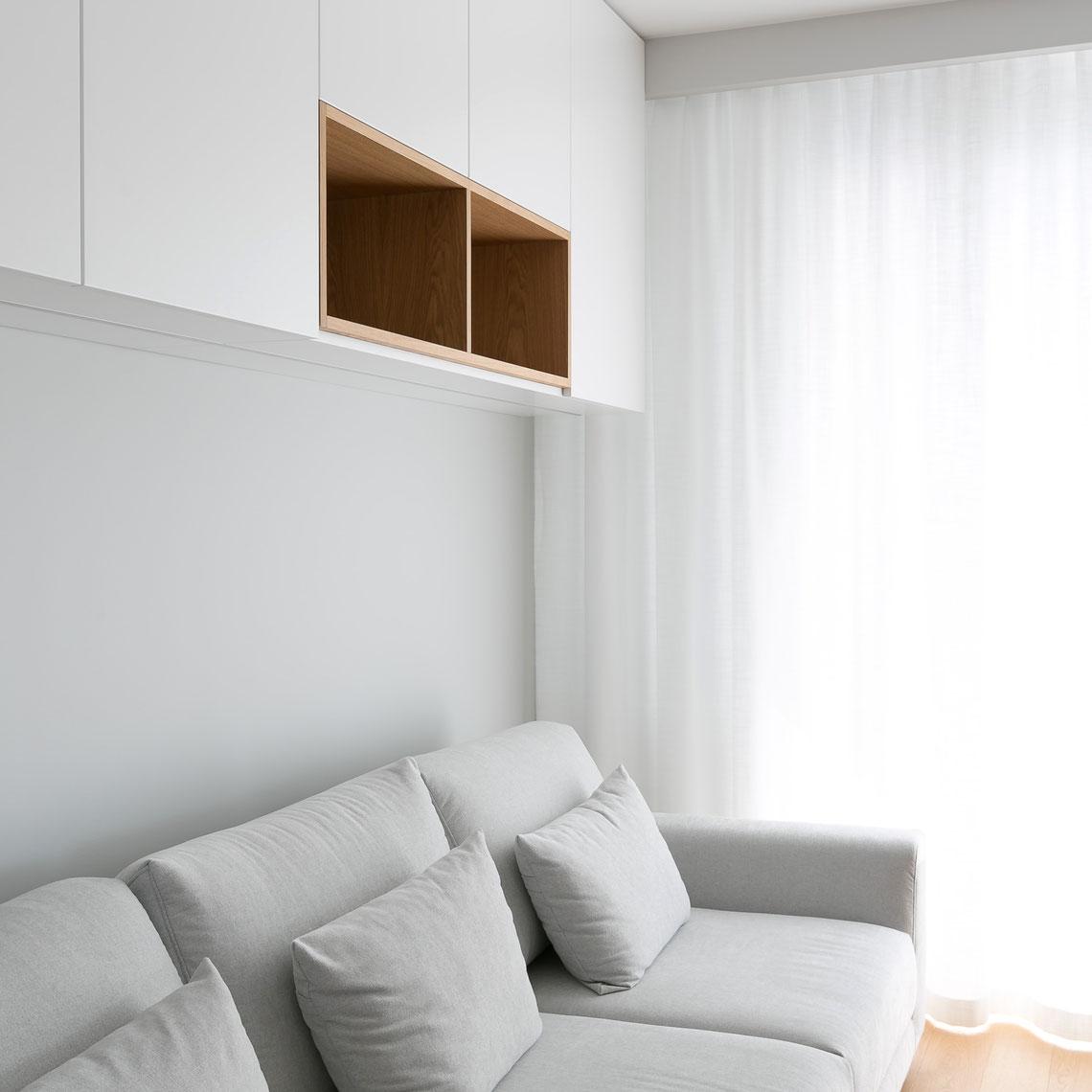 nowoczesna zabudowa nad sofą