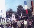Einweihung des Kriegerdenkmals vor der St. Josef Kirche, wobei auch die Kriegstoten von Fère-Champenoise einbezogen sind.