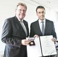 Heinz Peters erhält von Minister Schmid Wirtschaftsmedaille.