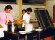 """Fasching in der """"Sporthalle"""" - v.l.: Volker, Elke und Peter beim Küchendienst."""