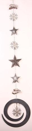 Girlande aus Sternen und Kristallen aus Metall in grau und weiß